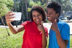 2 Афро-американских молодых взрослого принимая selfie Стоковые Фото