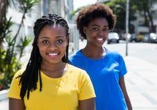 2 Афро-американских подруги в городе Стоковое Изображение