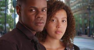 2 Афро-американских профессионала представляют для портрета вне офиса Стоковая Фотография RF