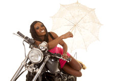 Афро-американское положение зонтика мотоцикла пинка женщины стоковое изображение