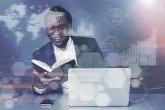 Афро-американское чтение бизнесмена, диаграммы Стоковое Фото