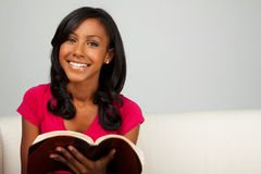 Афро-американское чтение девочка-подростка Стоковое Изображение
