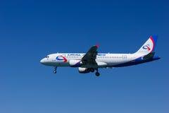 Аэробус A320-214 авиакомпаний авиакомпаний Ural стоковые изображения
