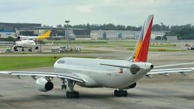 Аэробус 330 авиакомпаний Филиппин ездя на такси на авиапорте Changi Стоковое фото RF