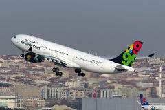 Аэробус A330-202 авиакомпаний 5A-ONH Afriqiyah Стоковые Фотографии RF