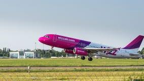 Аэробус A320 авиакомпаниями WizzAir в полете Стоковое фото RF