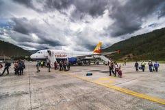 Аэробус A319 воздуха Druk в аэропорте Paro, Бутане стоковое изображение