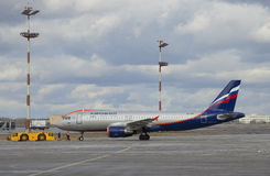 Аэробус A320 воздушных судн (VP-BZP) Аэрофлот перед отклонением Авиапорт Sheremetyevo Стоковые Изображения