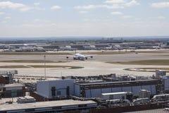 Аэробус A340 девственницы атлантический ездя на такси на авиапорте Хитроу Стоковые Изображения RF