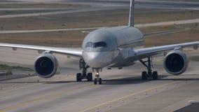 Аэробус A350 ездя на такси после приземляться видеоматериал