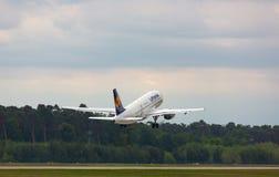 Аэробус Люфтганза принимает  стоковые фотографии rf