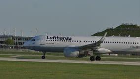 Аэробус Люфтганзы делая авиапорт Мюнхена такси, на холме геля ¼ Besucherhà сток-видео
