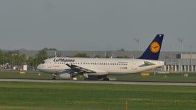 Аэробус Люфтганзы делая авиапорт Мюнхена такси видеоматериал