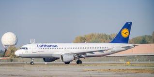 Аэробус A320-200 Люфтганзы ездя на такси на авиапорте ` s Linate милана Стоковое фото RF