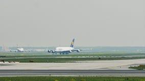 Аэробус A380 Люфтганзы ездя на такси в авиапорте Франкфурта, FRA сток-видео