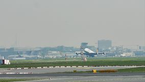 Аэробус A380 Люфтганзы принимая от авиапорта Франкфурта, FRA акции видеоматериалы