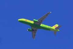 Аэробус A320-214 пассажирского самолета поднимает в воздух Стоковые Изображения RF