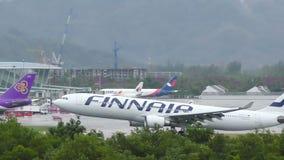 Аэробус A330 причаливая на международном аэропорте Пхукета сток-видео