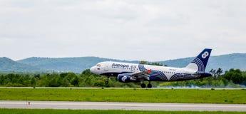 Аэробус A319 самолета пассажира компании рассвета приземляется Дым из-под шасси за воздушными судн стоковые фотографии rf