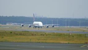 Аэробус A380 Сингапоре Аирлинес ездя на такси к взлётно-посадочная дорожка акции видеоматериалы
