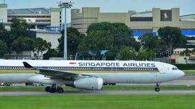 Аэробус A330 Сингапоре Аирлинес ездя на такси на авиапорте Changi Стоковое Фото