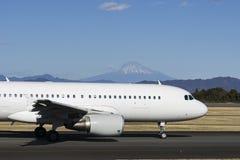 Аэробус A320-200 с Mount Fuji в зиме Стоковое Изображение