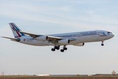 Аэробус A340-212 управляемый французской посадкой военновоздушной силы стоковые изображения rf