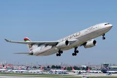 Аэробус A330-343 A6-AFB Etihad Airways Стоковые Изображения RF