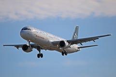 Аэробус A321-200 Air Canada в особенной ливрее союзничества звезды стоковая фотография