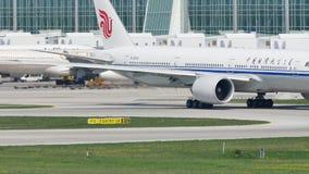 Аэробус Air China ездя на такси в авиапорте Мюнхена, MUC сток-видео