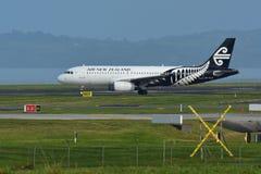 Аэробус A320 Air New Zealand ездя на такси для отклонения на международном аэропорте Окленда Стоковое Изображение RF