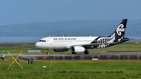 Аэробус A320 Air New Zealand ездя на такси для отклонения на международном аэропорте Окленда Стоковое Фото