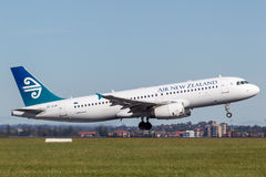 Аэробус A320 Air New Zealand принимая от авиапорта Сиднея Стоковое Фото