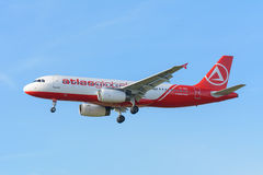 Аэробус A320-200 AtlasGlobal TC-AGU самолета приземляется на авиапорт Schiphol Стоковое Изображение
