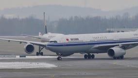 Аэробус A330-300 B-5957 Air China ездя на такси в авиапорте Мюнхена, снеге