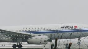 Аэробус A330-200 B-6533 Air China на снеге видеоматериал