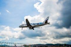 Аэробус A320 Bangkok Airways приземляется на авиапорт Пхукета, фотоснимок от контрольно-пропускного пункта Таиланда Стоковые Изображения