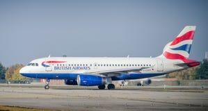 Аэробус A320-200 British Airways ездя на такси на авиапорте ` s Linate милана Стоковое Фото