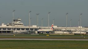 Аэробус British Airways ездя на такси на взлётно-посадочная дорожка, авиапорте Мюнхена сток-видео