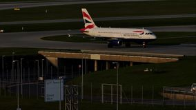Аэробус British Airways ездя на такси в авиапорте Мюнхена, весне акции видеоматериалы