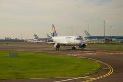 Аэробус A319-114 D-AILN авиакомпании Люфтганза на таксировать в аэропорте Schiphol стоковое изображение rf