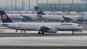 Аэробус A321-200 D-AISB Люфтганзы ездя на такси в авиапорте Мюнхена, зимнем времени