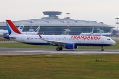 Аэробус A321 EI-LED авиакомпаний Transaero ездя на такси на международном аэропорте Vnukovo Стоковая Фотография