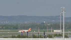 Аэробус A320-200 G-EZWC EasyJet делая такси