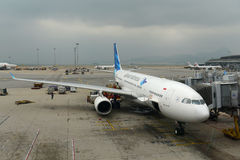 Аэробус 330-200 Garuda Индонезии на авиапорте Гонконга Стоковые Изображения RF
