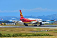 Аэробус A330 Hainan Airlines ездя на такси на международном аэропорте Окленда Стоковая Фотография