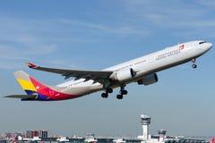 Аэробус A330-231 HL8258 Asiana Airlines Стоковые Изображения RF