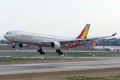 Аэробус A330-323 HL8258 Asiana Airlines Стоковая Фотография