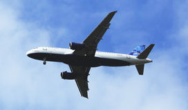 Аэробус A320 JetBlue в небе Нью-Йорка перед приземляться на авиапорт JFK Стоковые Фото