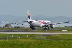 Аэробус A330 Malaysia Airlines ездя на такси для отклонения на международном аэропорте Окленда Стоковое Изображение RF